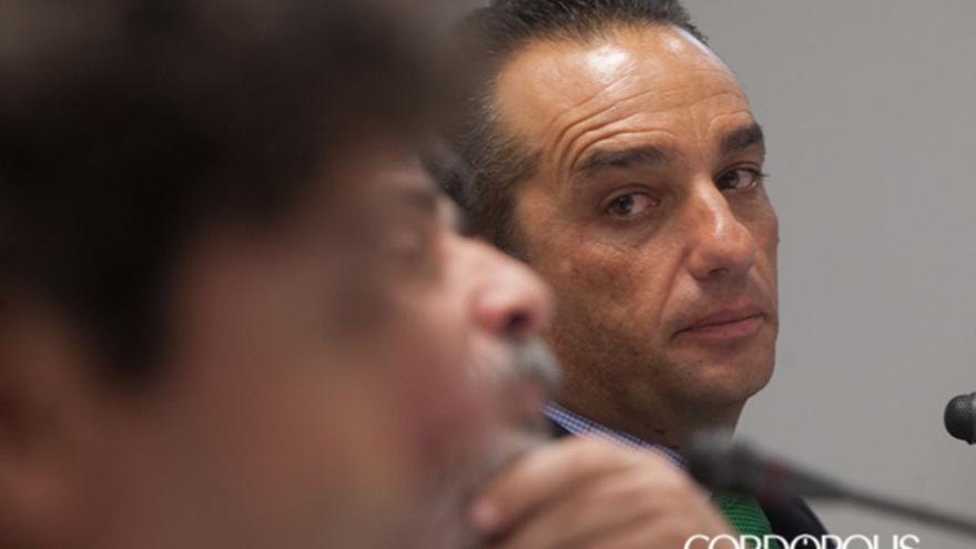 Oltra, en la sala de prensa, con González y Emilio Vega   MADERO CUBERO