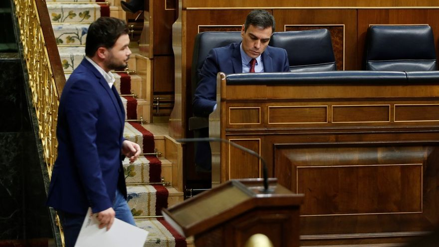 El portavoz de ERC, Gabriel Rufián, pasa delante del presidente del Gobierno, Pedro Sánchez, durante el debate del miércoles en el Congreso.