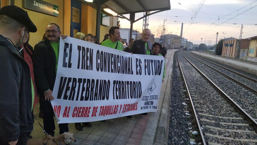 Protesta a pie de vía de Cambiar Monzón para exigir la reapertura de la taquilla de la estación de tren.
