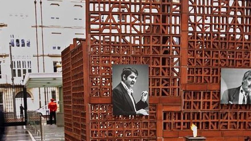 Imágenes de homenaje a Enrique Casas y Fernando Buesa, en el Parlamento vasco.