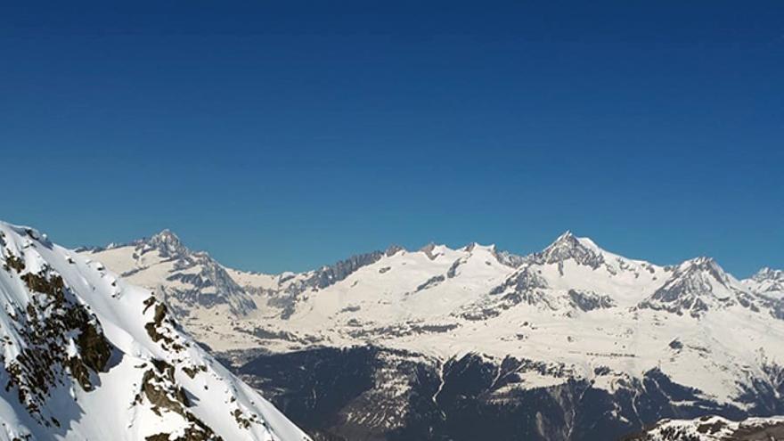 Disfrutando del esquí de montaña en el Binntal (Alpes suizos).
