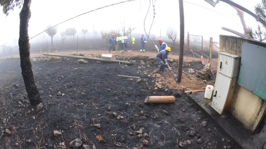 El fuego arrasa la cumbre y causa daños en viviendas