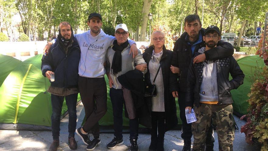 Andrés, Manuel, José, Joaquina, su hijo Alejandro, y Javi, acampados por el sinhogarismo, este viernes.