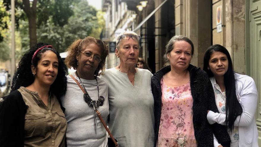Bárbara, Alba y Gracia, en el centro junto con otras familiares este martes en Barcelona