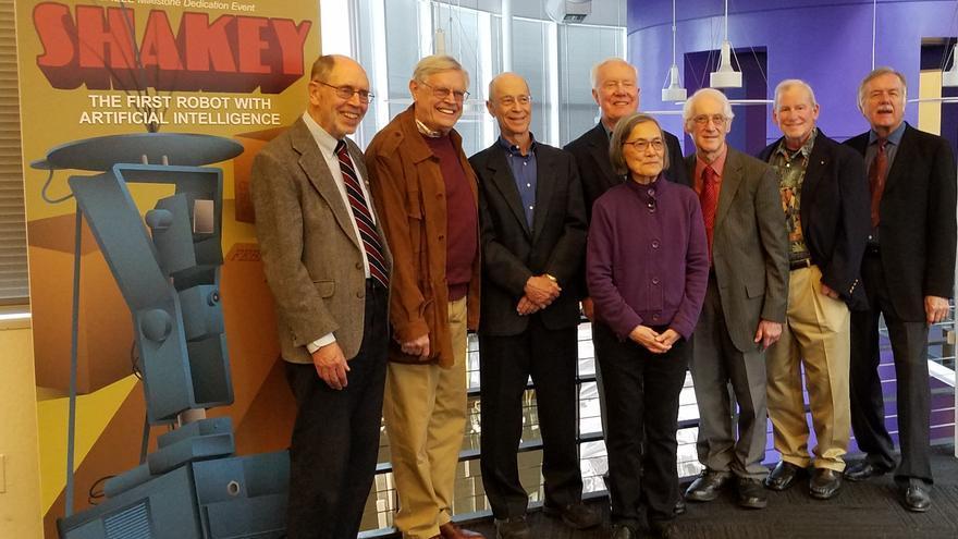Los miembros del equipo que creó Shakey, reunidos recientemente