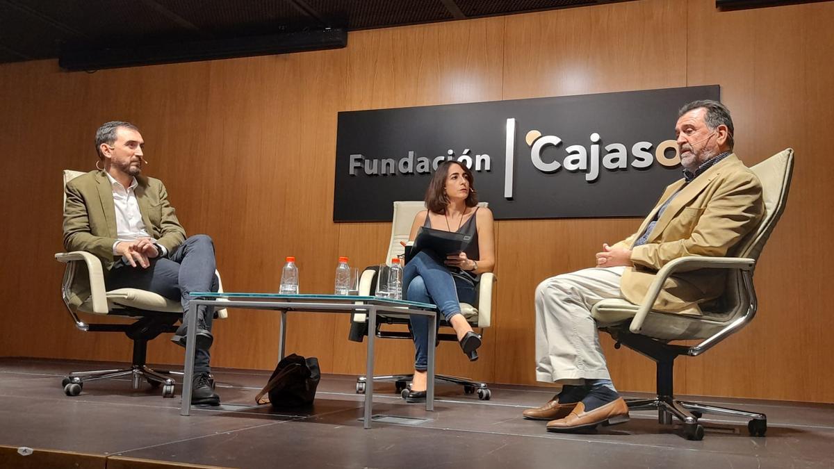 Ignacio Escolar, María Iglesias y Arsenio Escolar, durante la charla.