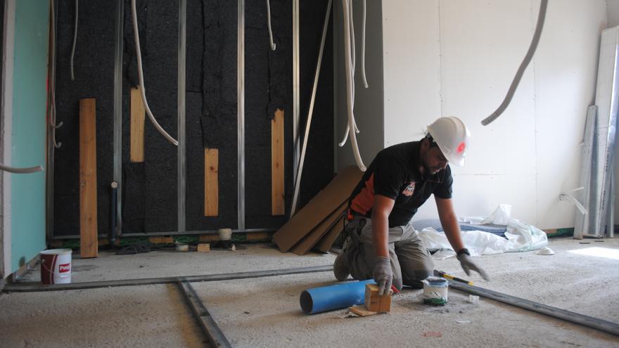 Un hombre trabaja en la construcción de un edificio ecosocial en Usera.