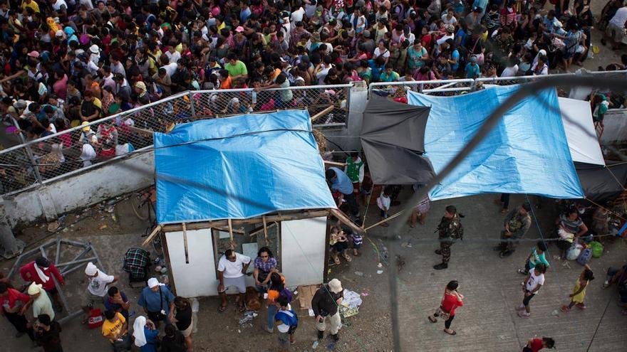 Una multitud se agolpa, a la espera de ser evacuada, a las puertas del aeropuerto de Tacloban (Filipinas) el 13 de noviembre de 2013./ Fotografía: Acción contra el Hambre/Daniel Burgui.