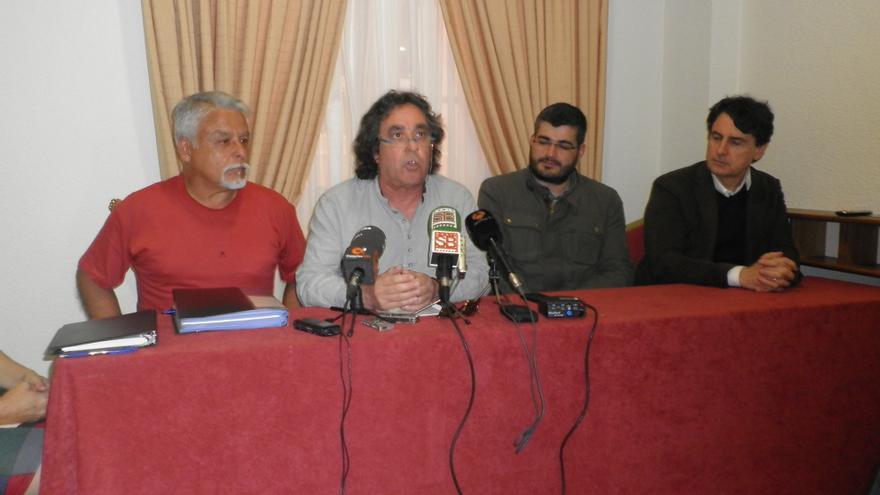 Felipe Campos (d) junto a José Pérez Ventura y dos miembros de la plataforma antimamotreto.