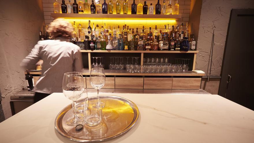 Archivo - Interior un bar en Pamplona.