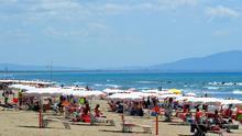 Tensión en el inicio de las vacaciones en Italia con playas llenas y denuncias de rechazo a los turistas del norte del país