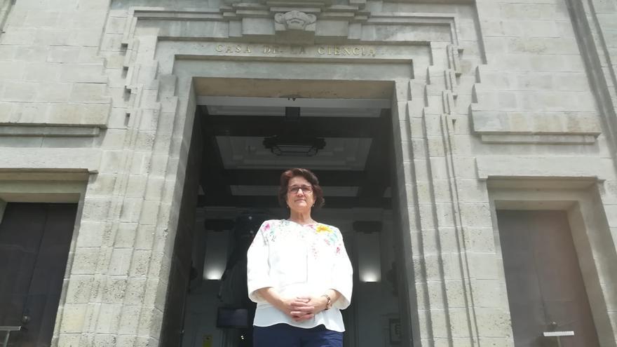 Margarita Paneque frente a la Casa de la Ciencia en Sevilla