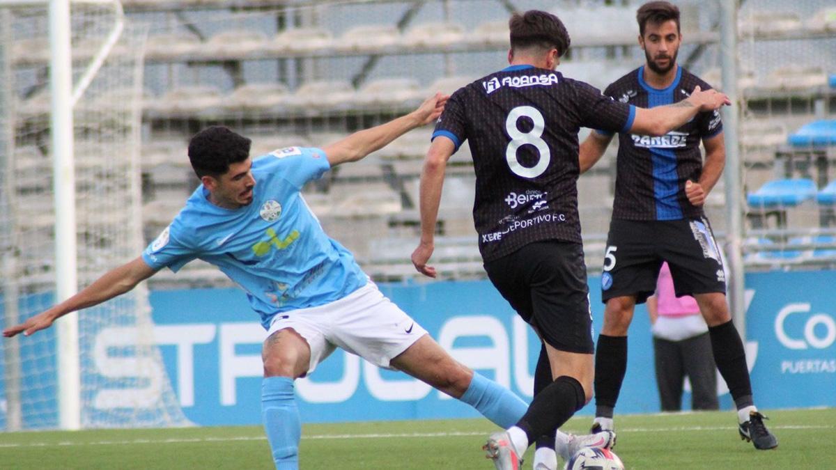 Lance del duelo entre el Ciudad de Lucena y el Xerez Deportivo
