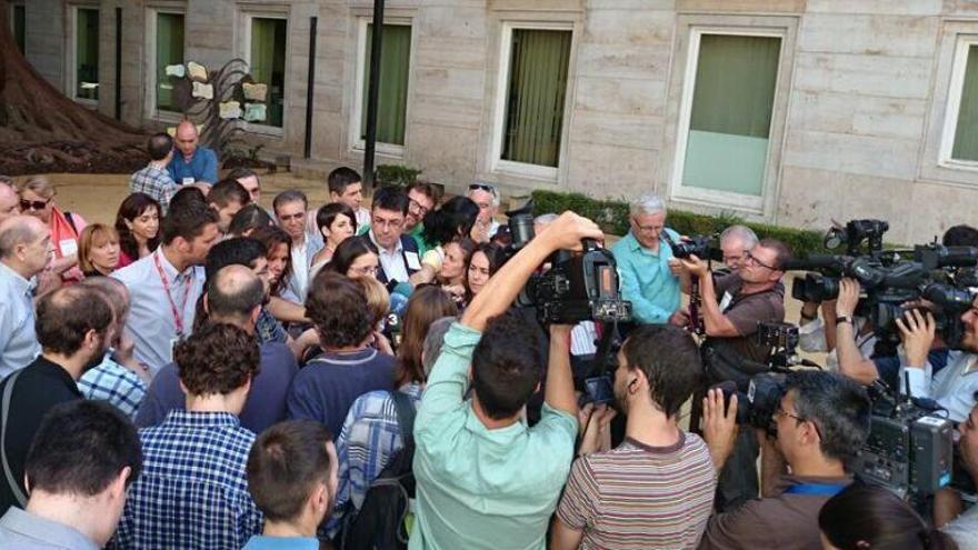 La diputada Mònica Oltra atiende a los medios tras confirmarse su sanción en Les Corts