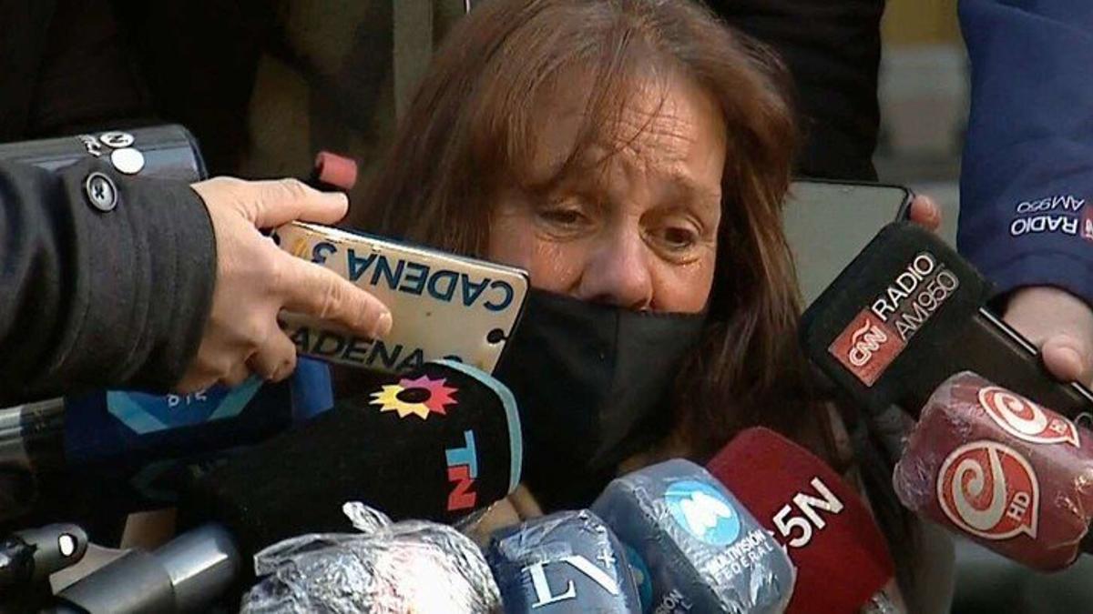 """La mamá de """"Chano"""" tuvo un breve con los periodistas en la puerta del Sanatorio Otamendi"""