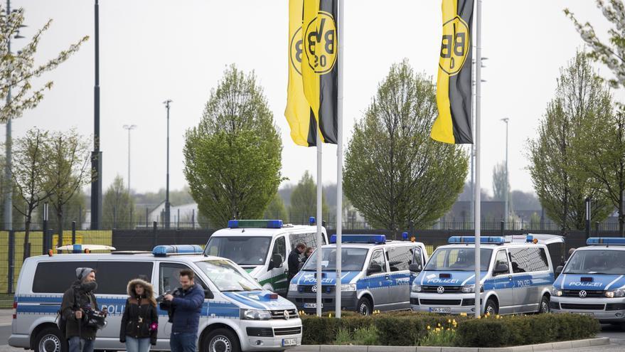 Vehículos policiales en la ciudad deportiva del Borussia de Dortmund un día después del ataque