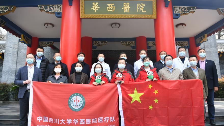 Expertos chinos posan para una foto grupal antes de volar a Italia para ayudar a luchar contra el coronavirus