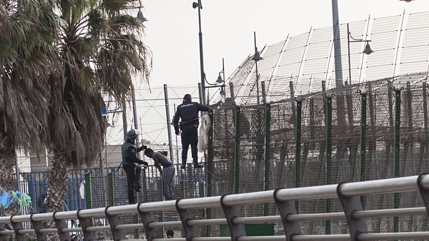 Varios inmigrantes logran superar todo el vallado por el paso de Beni Enzar pero son finalmente expulsadosd a Marruecos, según testigos/ Blasco de Avellaneda