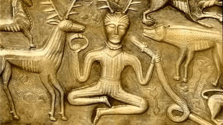 Cernunnos, dios celta mitad hombre mitad ciervo. Imagen del siglo II grabada en el 'Caldero de Gundestrup', Dinarmarca.