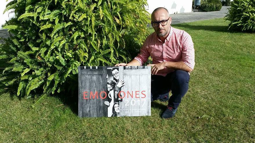 Raúl Ramos posa con el calendario 'Emociones 2017'. Foto: EMILIO BARRIONUEVO