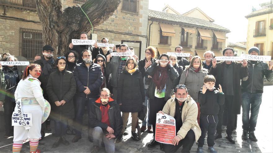 Los ciudadanos, artistas y poetas que han participado en la asamblea y concentración