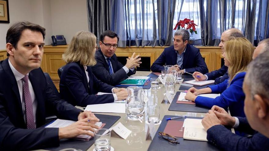 El presidente de Canarias, Fernando Clavijo, se reunió con el vicepresidente del Banco Europeo de Inversiones, Román Escolado. EFE/Ángel Medina G.