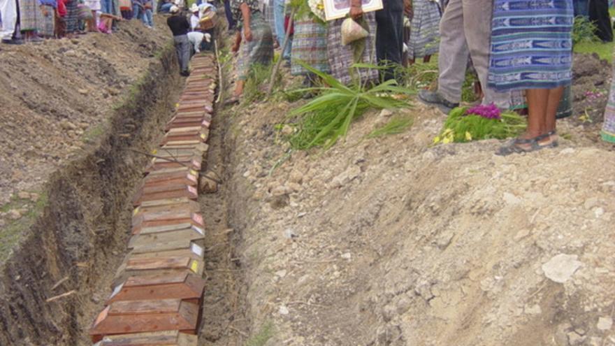 Exhumación de tumbas en Tres Cruces y Chitucán, pertenecientes a Rabinal, Baja Verapaz, junio de 2004.© ADVIMA