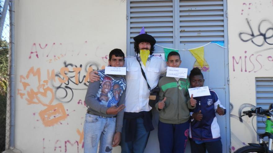 Iru, el nieto del Olentzero, con un grupo de niños y las cartas que quieren hacer llegar al otro lado de la valla. / FOTO: Olentzero Munduan