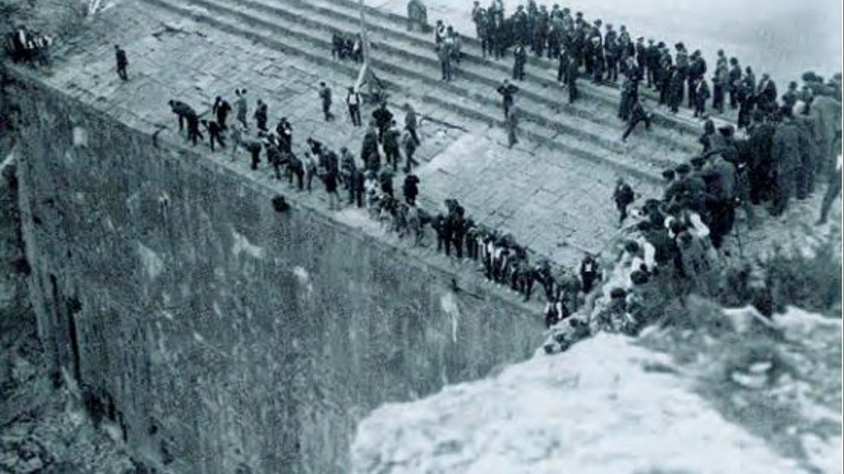 Imagen de la inauguración de las obras de recrecimiento del pantano de Arguis (1926), en la que se aprecian la altura y el extraordinario grosor de la presa diseñada por Artiga.