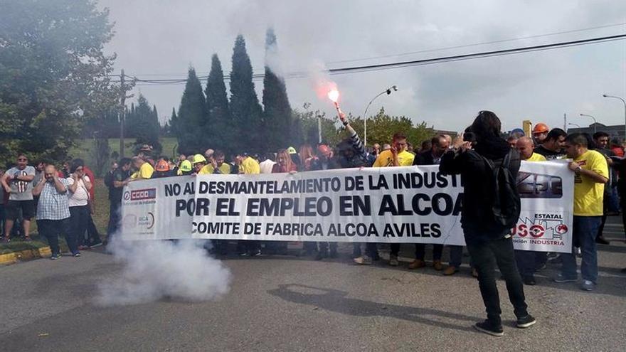 """Trabajadores se concentran en Avilés al grito de """"Alcoa no se cierra"""""""