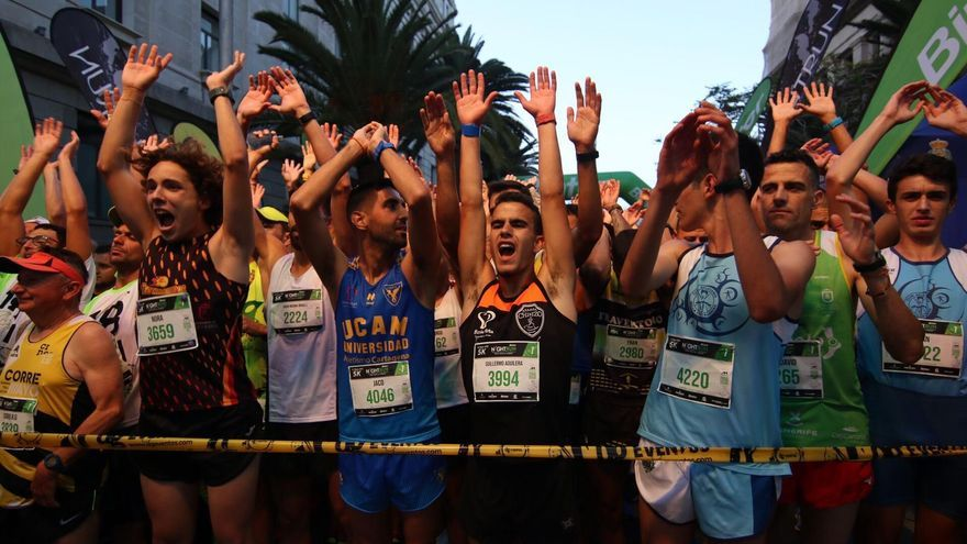 La carrera nocturna llenó de corredores las calles de Santa Cruz