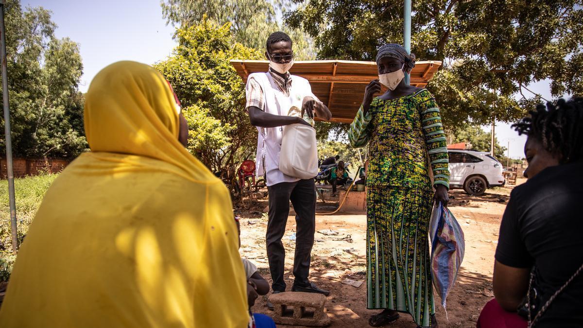 Trabajadores sanitarios distribuyen un tratamiento de prevención de la malaria en Uagadugú, Burkina Faso, en una imagen tomada en octubre.
