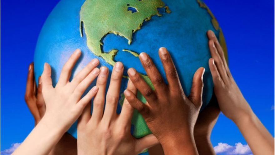 Manos para cuidar el planeta.