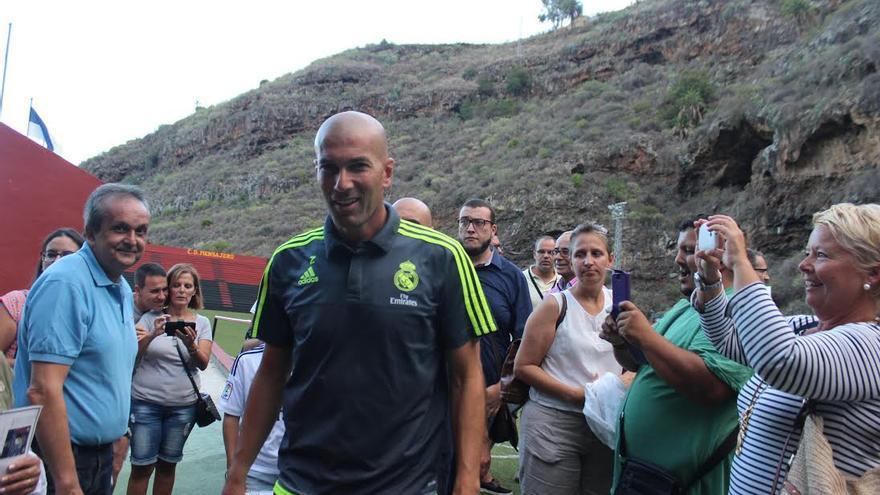Zidane fue fotografiado por varios aficionados en el Silvestre Carrillo. Foto: JOSÉ AYUT.