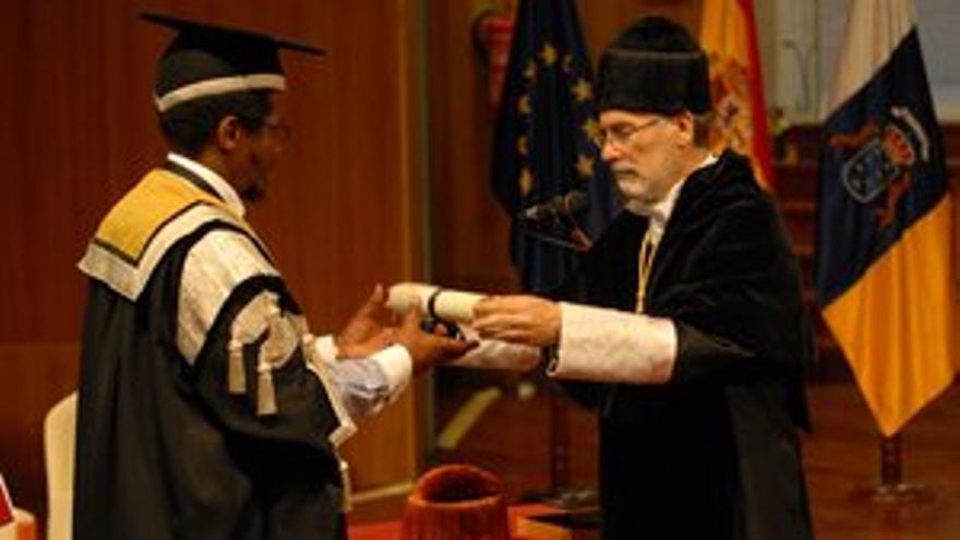 El rector de la Universidad de Fort Hare, Mvuyo Ernst Tom, recogió en nombre de Nelson Mandela la distinción. (ACFI PRESS)