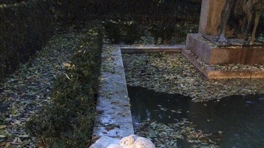 Los árboles caídos por el fuerte viento dañan una escultura en la Alhambra