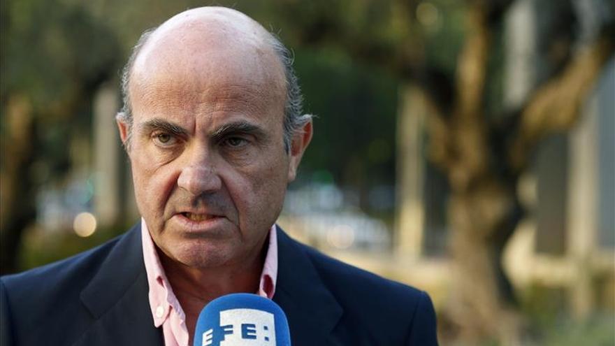 Guindos dice que hay margen en el presupuesto español para asumir la cuota de refugiados