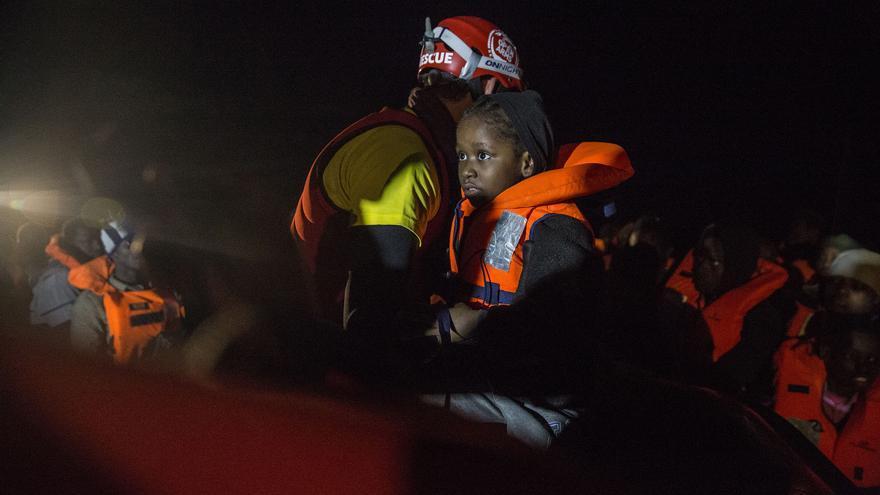 Melissa, una de las hijas de Sandrine, tras ser rescatada en el Mediterráneo Central por el Open Arms.