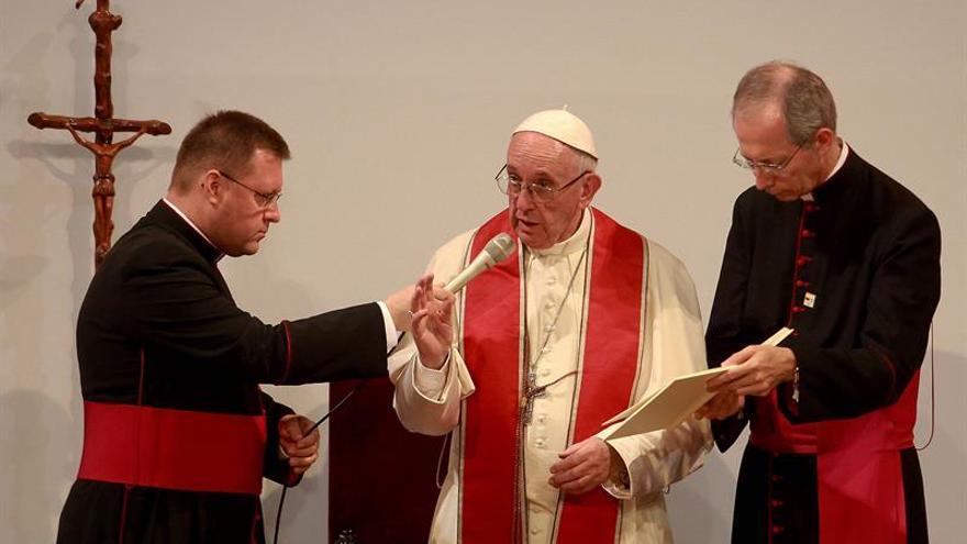 El papa pide orar por perdón a quienes destruyeron a los jóvenes en Medellín
