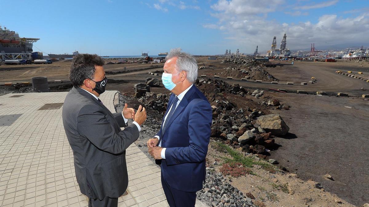 El consejero de Obras Públicas del Gobierno de Canarias, Sebastián Franquis (d,) y el presidente de la Autoridad Portuaria de Las Palmas, Luis Ibarra (i), en el puerto de La Luz