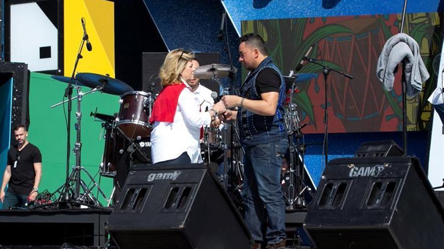 Inmaculada Medina, concejala del Carnaval de LPGC, junto a Manny Manuel en el momento de la expulsión del escenario.