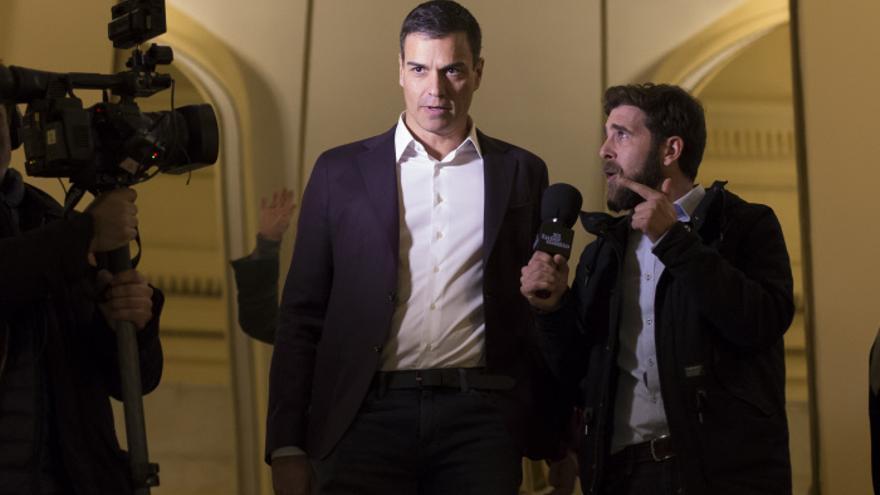 Gonzo entrevistando a Pedro Sánchez