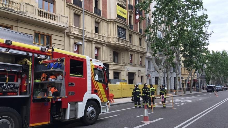 Bomberos buscan a posibles obreros atrapados al derrumbarse parte de un edificio en obras en Madrid