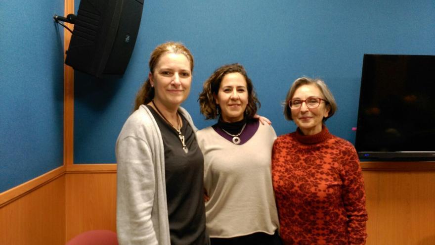 La presidenta de Médicos del Mundo CLM, María Jesús Fernández Manjón, junto con las voluntarias Susana Prieto y Mari Cruz Caballero