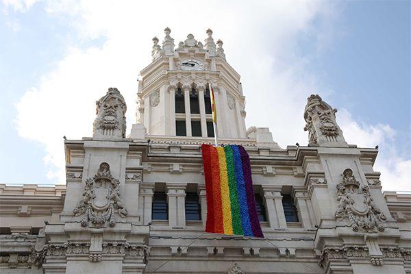 La bandera LGTB colaborativa en la fachada de CentroCentro   Fotografía: Ayuntamiento de Madrid