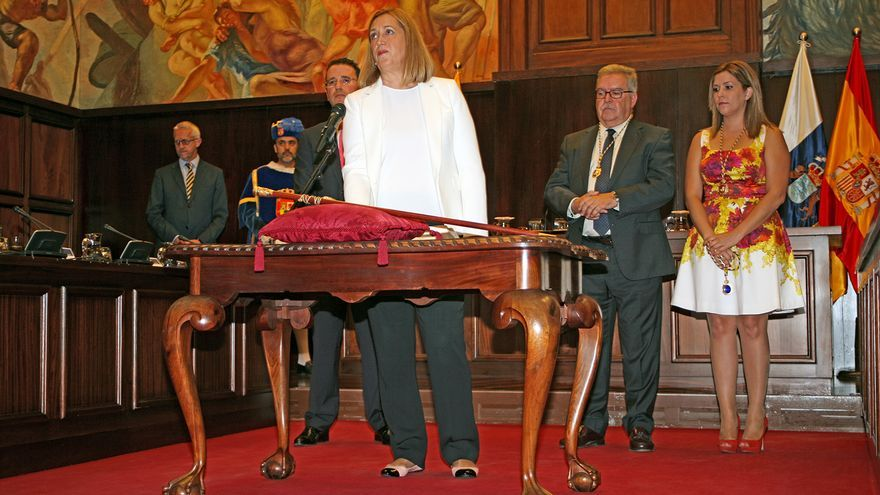 Mercedes Roldós durante su juramento en el pleno de constitución del Cabildo de Gran Canaria