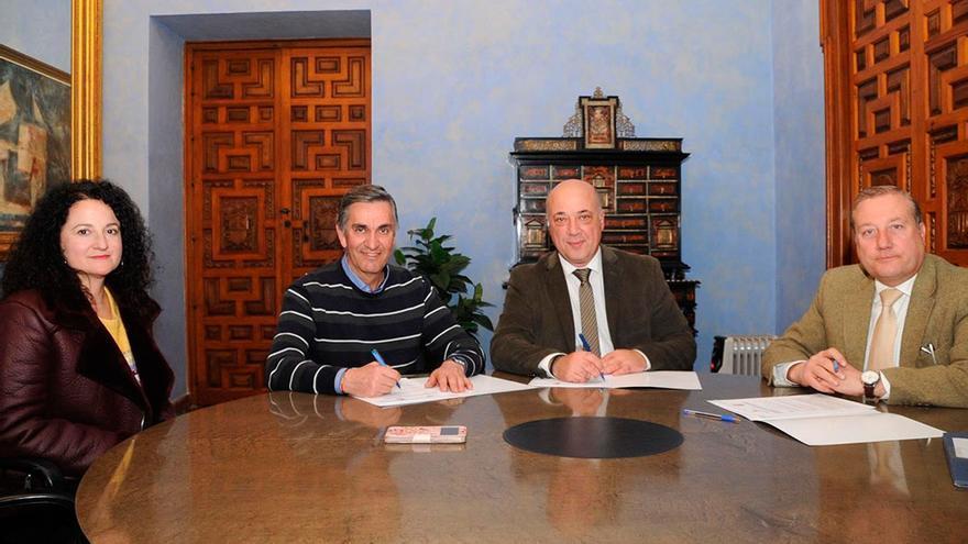 Ruiz (centro), durante la firma con el Ayuntamiento de La Guijarrosa.