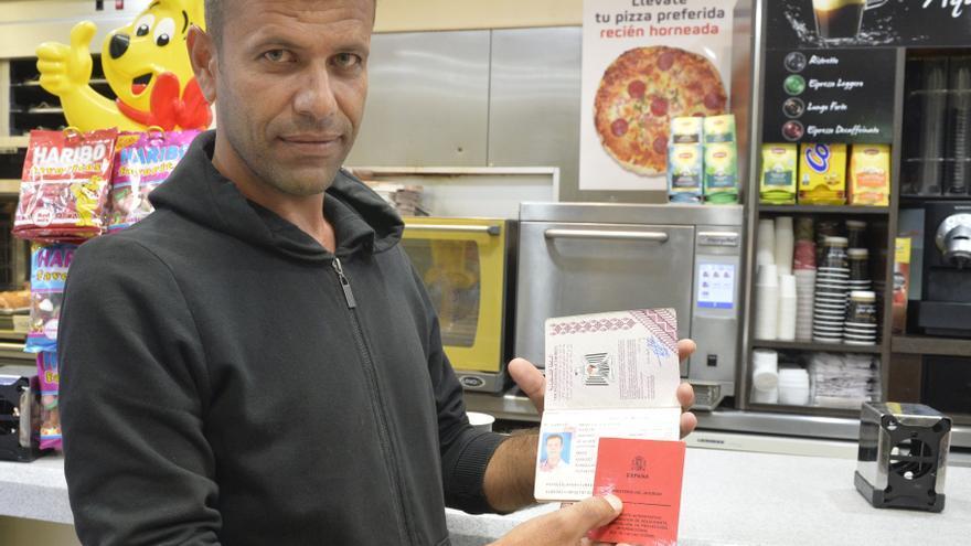 Aemad, con su pasaporte y tarjeta de refugiado en España