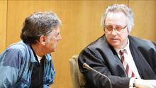 Enrique Olivares conversa con su abogado en un momento del juicio celebrado en la Audiencia Provincial de Madrid