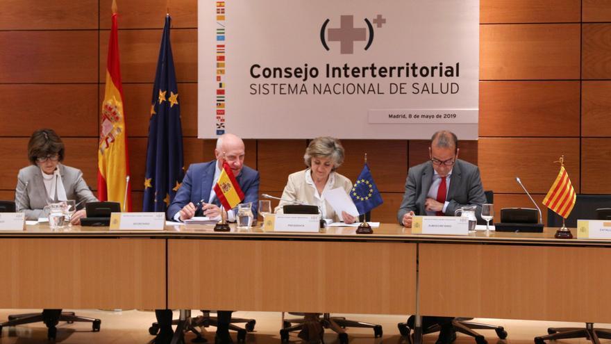 La ministra de Sanidad en funciones, María Luisa Carcedo (3i), preside el pleno del Consejo Interterritorial del Sistema Nacional de Salud, en el Ministerio de Sanidad.